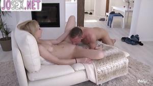 Парень пригласил блонди домой и трахает ее.