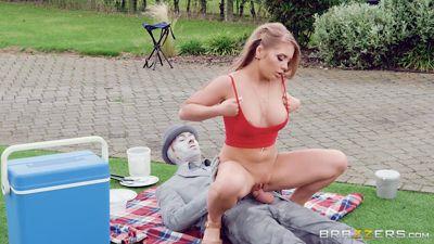Alessandra James делает селфи и трахается с живым манекеном...