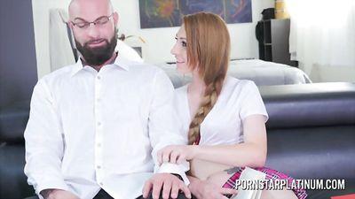 Малышка флиртует с лысым учителем и трахается с ним....