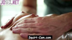 Лысый массажист делает массаж киски