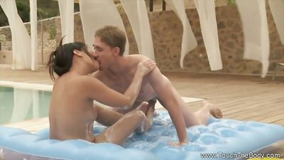 Красивая азиатка делает массаж и трахается