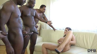 Черные самцы пропустили анал грудастой бляди через свои член...