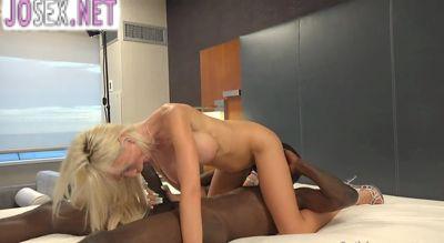 Негр с большим хуем трахает розовую писю блондинки