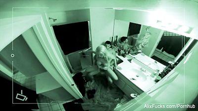 Блондинка трахается в туалете с парнем на вечеринке...