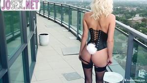 Блондинка Шеннон Коул в роли маленького кролика