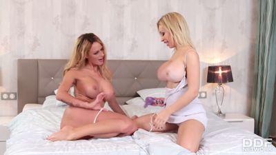 bliznyashek-golih-lesbi-video-blondinki