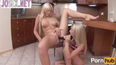 Блондиночки лесбиянки лижут анусы и писечки