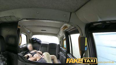 Блондинка страстно трахается в такси с водителем.