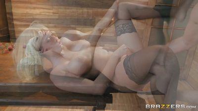 Блонди Athena Palomino измазала жопу сливками и трахнулась н...