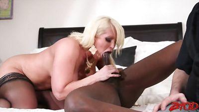 Блонди сняла негра с огромным хуем и ебется с ним при старом муже