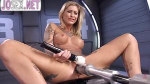 Блондиночка с идеальной фигуркой трахается с секс машиной....