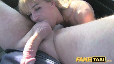 Блонди с удовольствием вылизывает анус водителю такси и трахается...