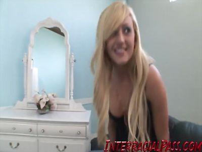 Голубоглазая блонди трахается с неграми в пизденку....