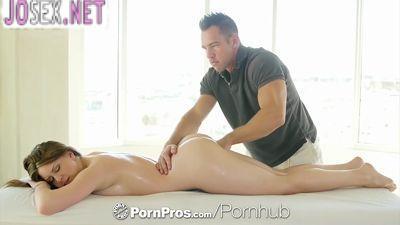 Брутальный массажист массирует красивую клиентку и трахает