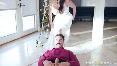 Грудастая, ненасытная невеста ебется в анал...