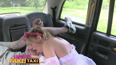 Грудастая блонди трахает своего толстого пассажира в такси....