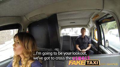 Грудастая блонди трахается со своими пассажирами в такси....