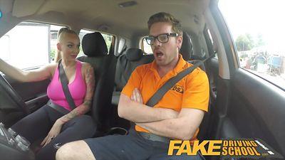 Грудастая блонди трахается с инструктором в машине