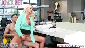 Грудастая блонди трахается в кабинете со своим сотрудником