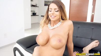 Грудастая Brooklyn Chase сделала массаж ебарю ради траха с ним