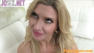 Зрелая грудастая блонди в черных чулках участвует в порнокас...