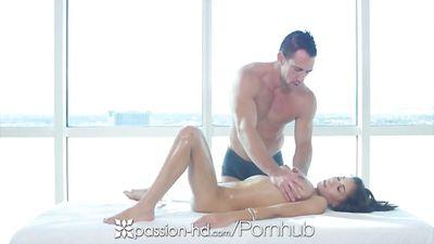 Грудастая Shay Evans трахается с массажистом и получает орга...