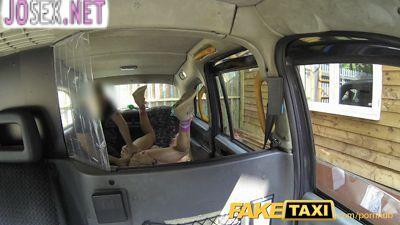Грудастая блонди порется в анал с водителем такси.