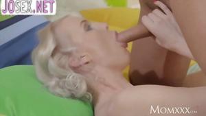 Великолепная блондинка любит энергичный секс...
