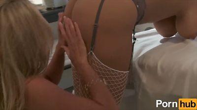 Лесбиянка медсестра трахает пациентку дилдо и язычком