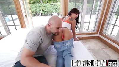 Маленькая Gina Valentina трахается с лысым самцом...