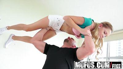 Маленькая Hollie Mack трахается с лысым самцом...