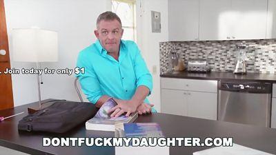 Маленькая малышка Kiley Jay трахается с другом отца...