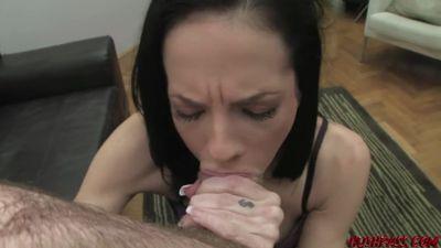 Мужик снимает на камеру подругу, как она отсасывает и ебется в ан...