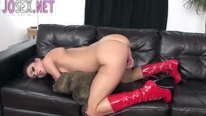Мэнди мастурбирует писю в трусиках и латексных сапожках