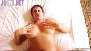 Зрелая грудастая дама порется в анал и глотает сперму.