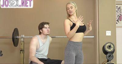 Зрелая грудастая тренер по фитнесу трахается с клиентом....