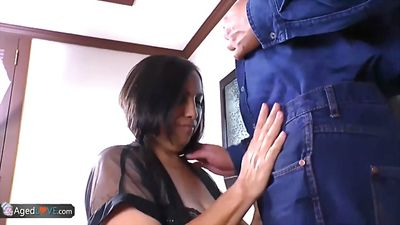 Зрелая, жопастая дама трахается со слесарем