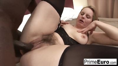Mature chick with hairy pussy gets fucked with Negro