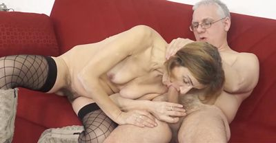 Зрелая старушка одела чулки и трахнулась с дедушкой в анал...