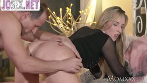 Зрелый самец нежно трахает сексуальную блондинку...