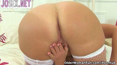 Зрелая старая женщина мастурбирует пизду и кончает.