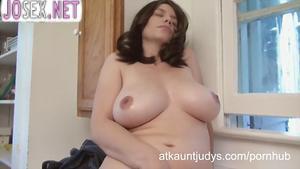 Мамочка Келли Капоне мастурбирует на кухне.