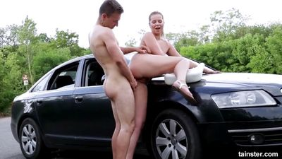 Nikki Dream обосцала мужика на асфальте и скачет на его члене