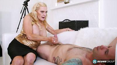 Старая бабушка страстно трахается с молодым парнем