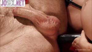 Беременная грудастая брюнетка трахает зрелого мужа страпоном...