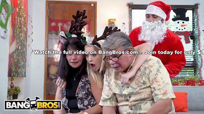 Санта трахнул блонди, а мамочка вытерла сперму с ее губок