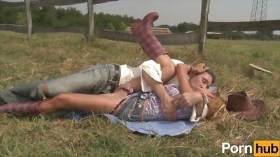 Сексуальная крошка отдыхает на ранчо и трахается в анал с фе...