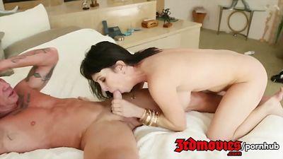 Сексуальная брюнетка получает оргазм от зрелого красавчика....