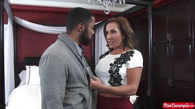 Сексуальный красавчик араб трахает грудастую Richelle Ryan.