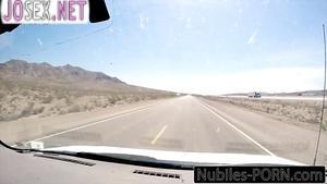 Худенькая Пайпер Перри трахается в машине с водилой.